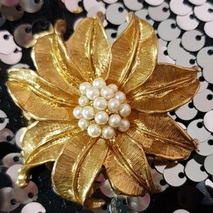 VINTAGE Gold Avon Pearl Large Flower Brooch Pin